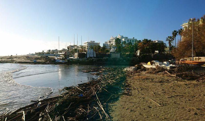 Maltempo: le mareggiate insidiano la Riviera delle Palme