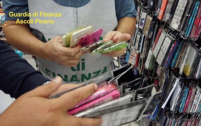 La Finanza sequestra 2600 cover di cellulare contraffatte