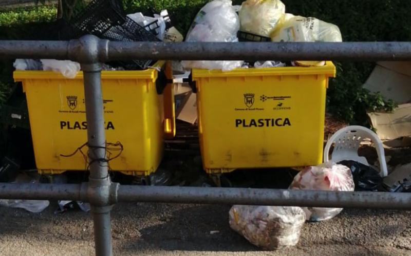 """Rifiuti abbandonati nell'area della RSA """"Luciani"""""""